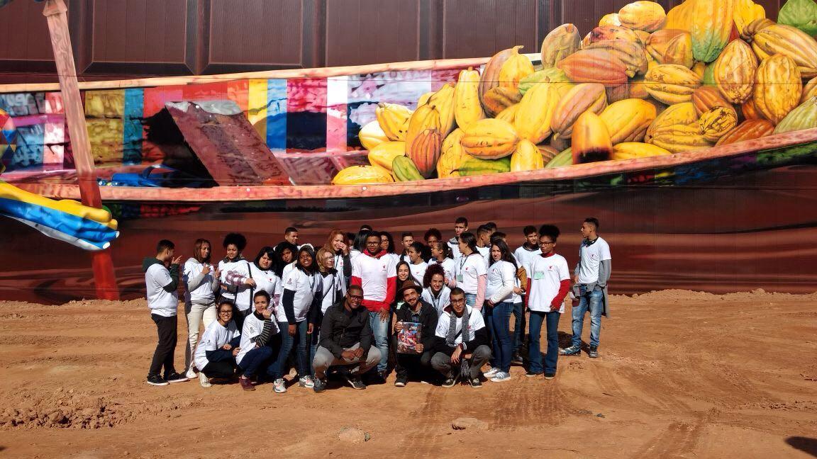 Jovens da ONG Unibes, apoiada pela Accor, visitam mural de Eduardo Kobra