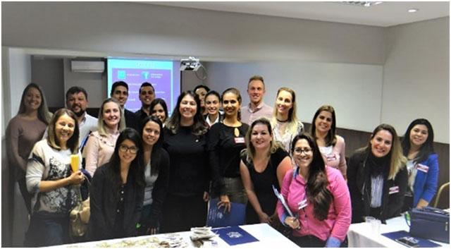 Consultora Lara Perdigão palestrou sobre gerenciamento de eventos no hotel Faial