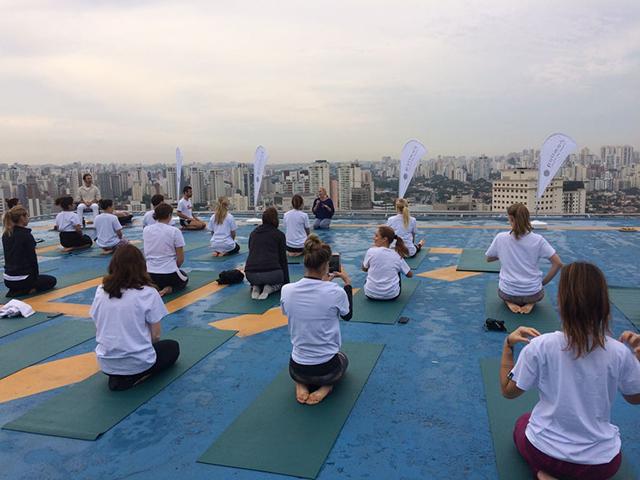 Hotéis Pullman promovem aula de yoga