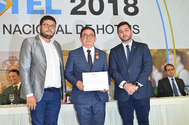 Manoel Cardoso Linhares recebe grandes homenagens na abertura do CONOTEL 2018