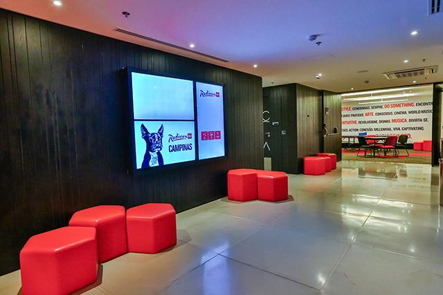 Radisson RED Campinas (SP) recebe exposição em seu lobby