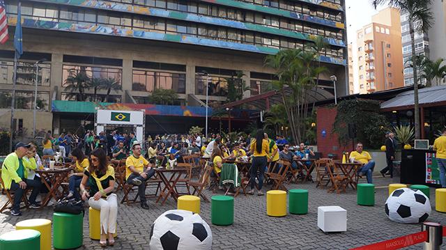 Em ação estratégica, Maksoud Plaza exibe jogo do Brasil em telão a céu aberto