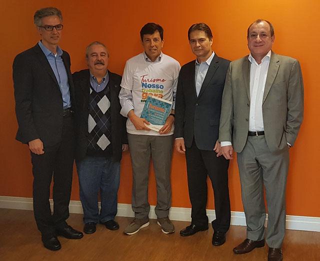 João Amoedo recebe documento com propostas para o Turismo