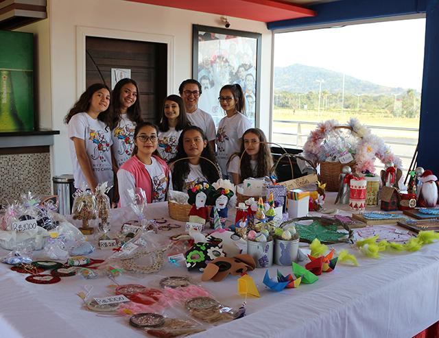 Alunos do Instituto Beto Carrero transformam lixo em arte