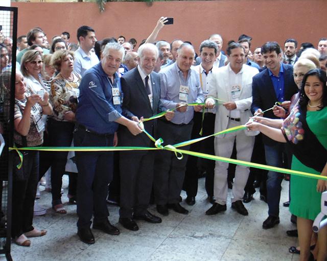 Cerimônia de corte de fita com autoridades marca abertura do Festival das Cataratas