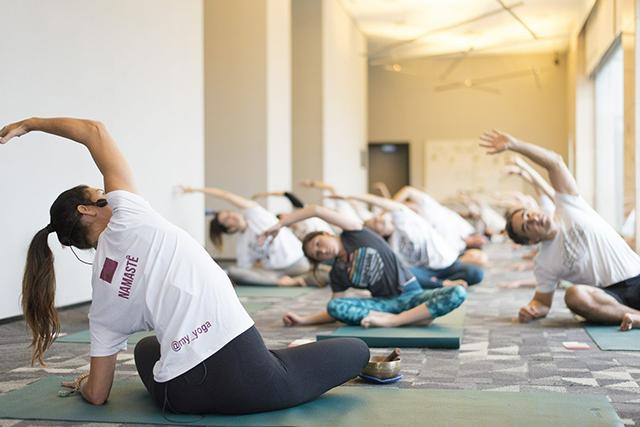 Pullman São Paulo Ibirapuera promove manhã com aula de ioga e meditação