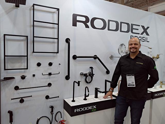 Roddex lança linha de acessórios para banheiro em tons escuros