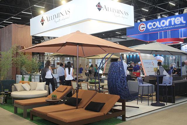 Aluminas destaca sua nova coleção de espreguiçadeiras e cadeiras na Equipotel