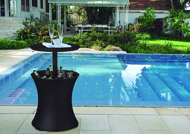 Cool Bar da Keter Brasil pode ser usado como mesa de apoio em áreas externas