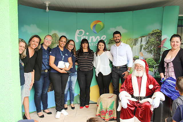 Prime Vacation leva Papai Noel a instituição e presenteia 210 crianças
