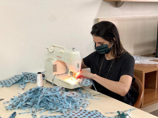 Funcionários da Rede Swan Hotéis comemoram aniversário do grupo produzindo máscaras para doar à comunidade