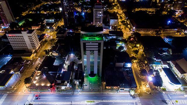 Rede Iguaçuense de hotéis ilumina fachadas de verde em homenagem a profissionais de saúde