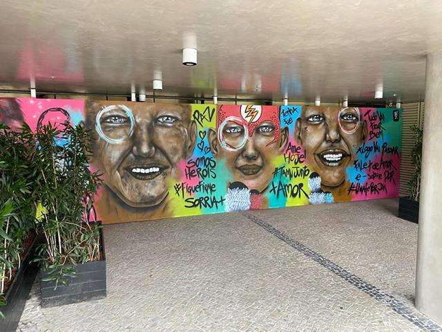 Fachada do Yoo2 Rio de Janeiro ganha tapumes grafitados