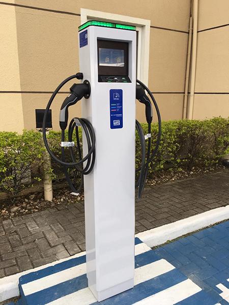 Rede Hotel 10 instala unidade de carregamento veicular elétrico em Itajaí (SC)