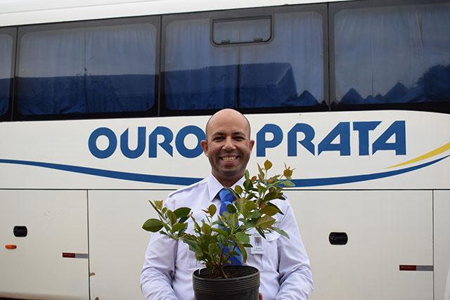 Viação Ouro e Prata celebra 82 anos promovendo plantio de árvores