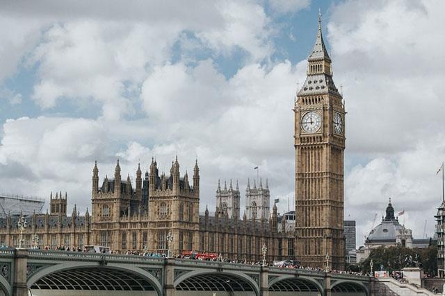 Buscas de voos para o Reino Unido disparam após anúncio da reabertura