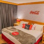Coca-Cola Brasil e Mabu lançam 1º quarto temático da marca no País